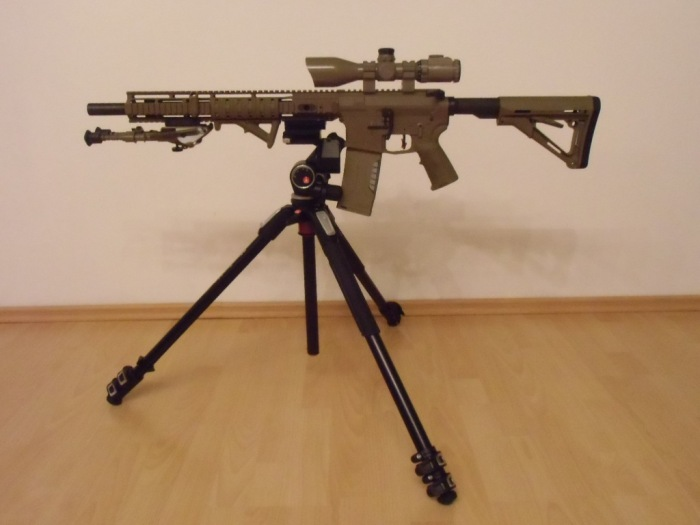 AR-15 Hera Arms Dreibein-Stativ 01